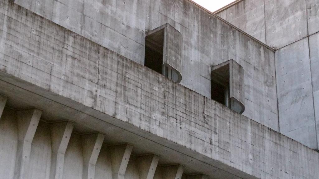 大分アートプラザの窓